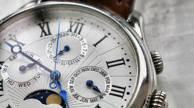 close-up-photography-of-wristwatch-1034065-3